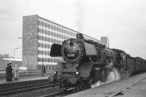 Lok der Baureihe 03 im neuen BSer HBF., nach 1960